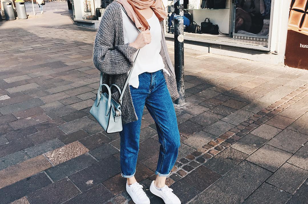 Grobe Strickjacke, Momjeans und weiße Sneaker